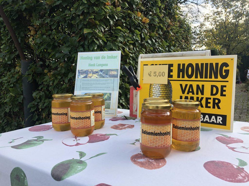 Tafel met potten honing